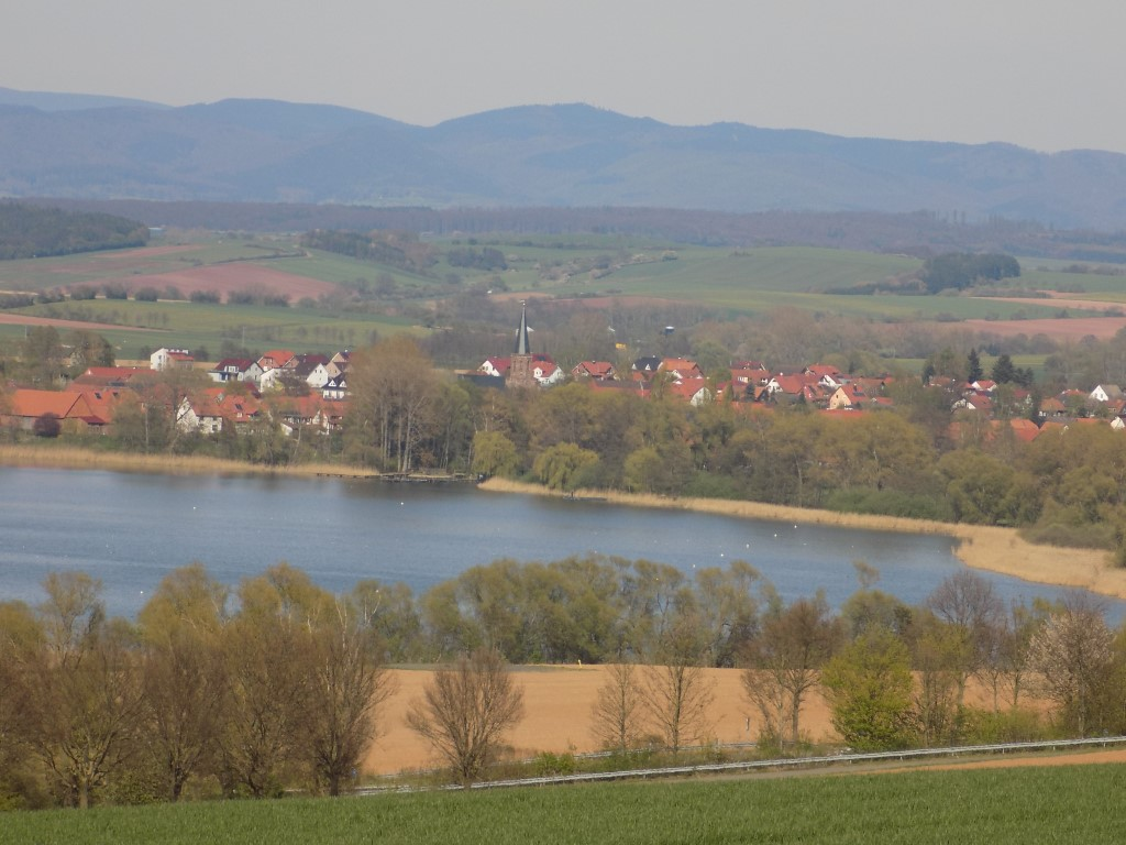 Seeburger See mit Bernshausen und Harz im Hintergrund
